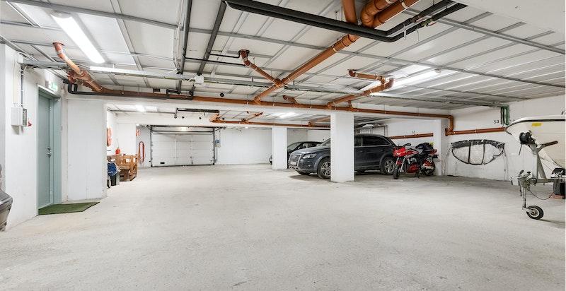 Stor garasjeplass (ca. 5x3 meter) m/heisadkomst til leilighetens etasjeplan