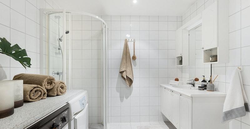 Stort bad med opplegg og plass for vaskemaskin og tørketrommel