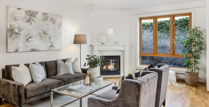 Stue med gasspeis - store vindusflater gir rikelig med naturlig lys