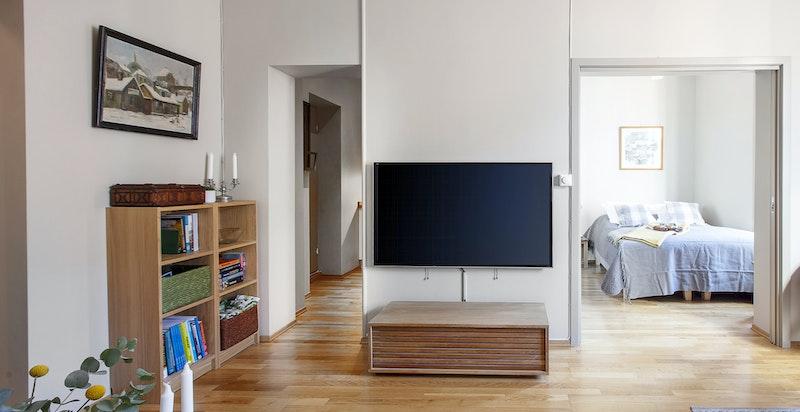 Lys og fin stue med god takhøyde (3,3 m).