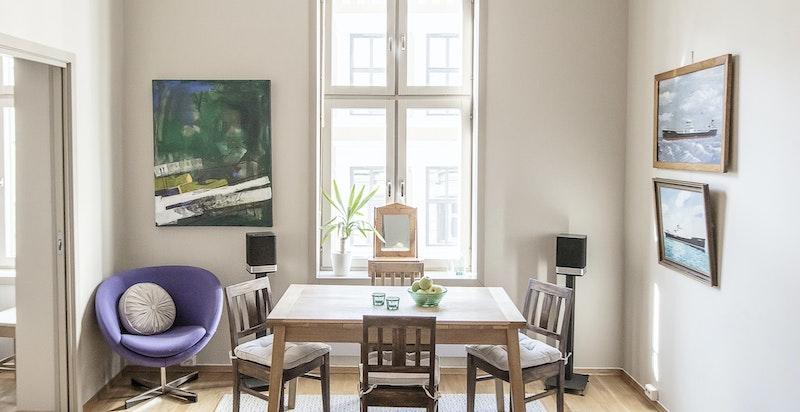 Velkommen til St. Olavs gate 8 A - en strålende 2-roms leilighet med delvis separat kjøkken.