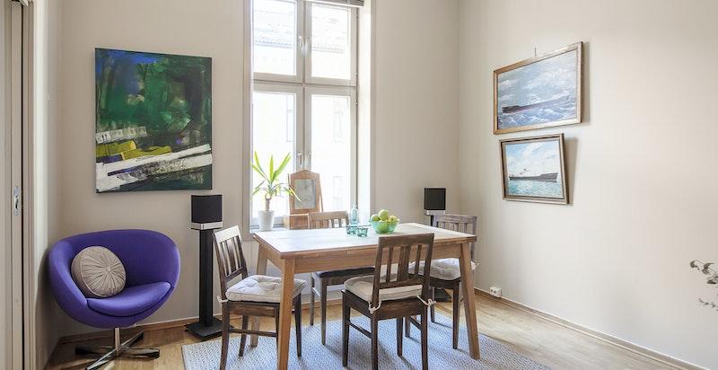 Stuen har plass til sofagruppe og spisebord.