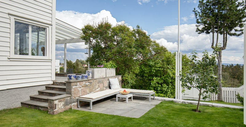 Pent opparbeidet hageanlegg i flere nivåer (bod plassert lenger ned i hagen)