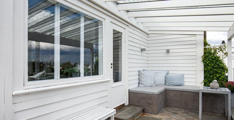 Terrasse med glasstak utenfor stuen - flott utsikt
