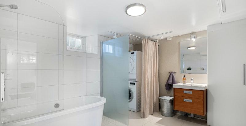 I kjelleretasjen er det også stort kombinert bad og vaskerom (2012)