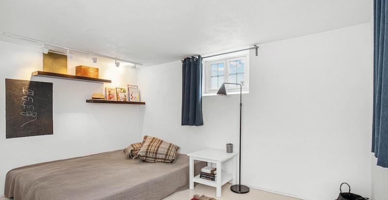 I kjelleren brukes to kjellerrom i dag som soverom - er ikke byggemeldt som soverom og har små vinduer