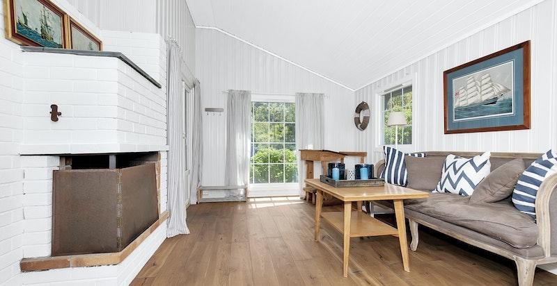 Denne stuen har også peis og store vindusflater