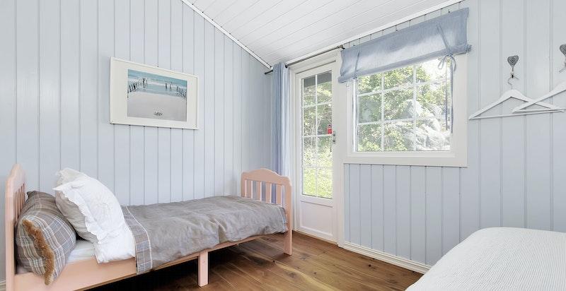 Det største soverommet i annekset har plass til barneseng og utgang til terr.