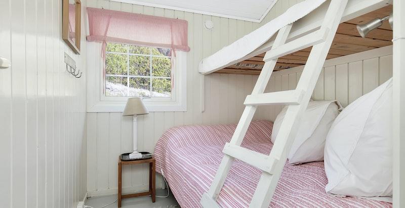 Soverom 4 har plassbygde senger. Bred køye nede med plass til 2.