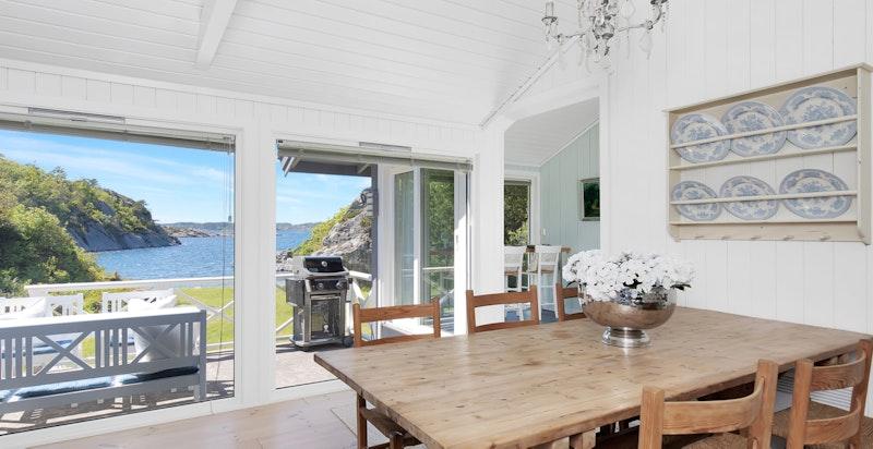 Spisestue/stue og store panoramavinduer