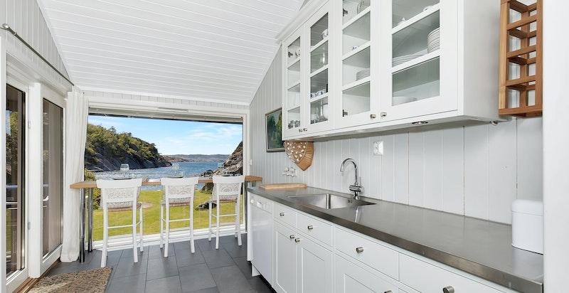 Kjøkkenet har sitteplasser/barløsning ved det store vinduet.
