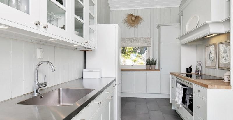 Kjøkken med medfølgende hvitevarer