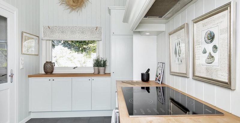 Stort kjøkken med delvis åpen løsning mot stue