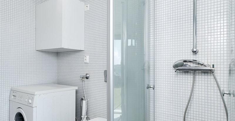 Romslig dusj, vegghengt toalett og opplegg vask/tørk.