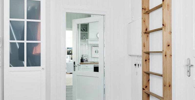 Hall med garderobeskap og liten hems