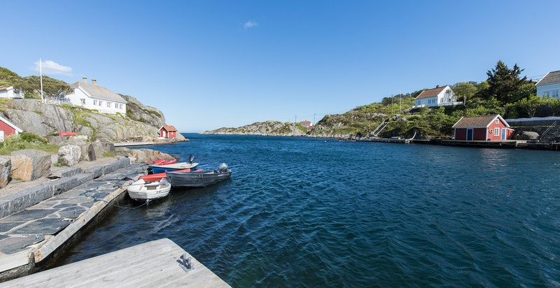 Det idylliske Ulvøysundet ligger en kort spasertur fra eiendommen.