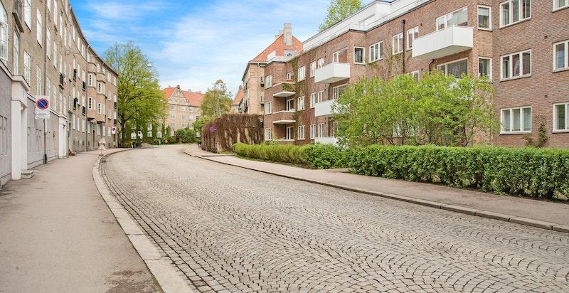 Omgitt av bl.a. brosteinsbelagte gater og vakker arkitektur mot Jessenløkken og grøntområde i Fagerborggata.