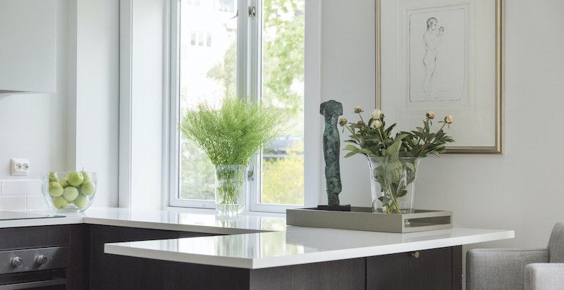 Vindu over kjøkkebenk hvor man kan nyte utsynet når man lager mat