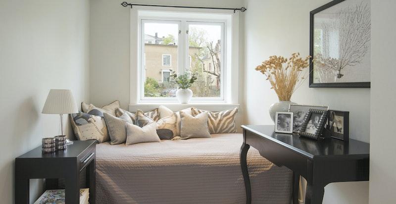 Soverom 2 - god plass for stor seng og skap