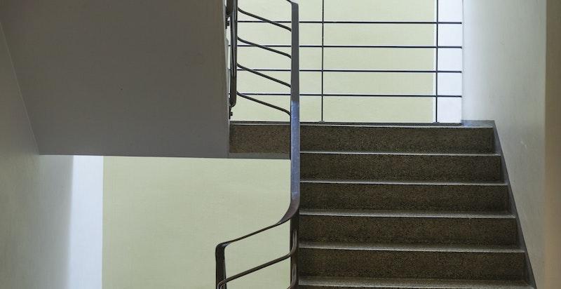 Oppgang med takvindu som gir fint lys til trappeløpet.