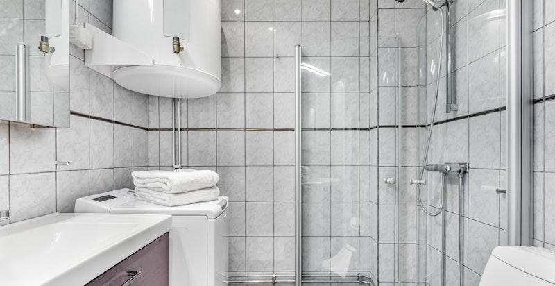 Badet er flislagt på vegger og på gulvet. Behagelig gulvvarme.