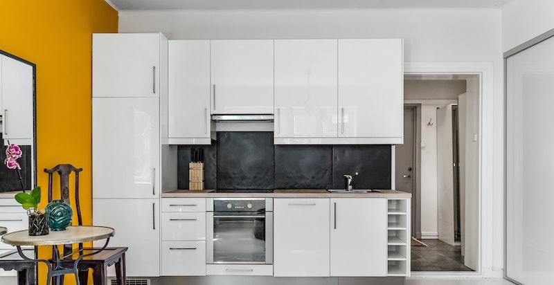 Kjøkkenet med integrerte hvitevarer.