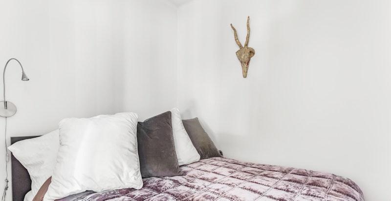 Sovealkoven har plass til romslig seng.