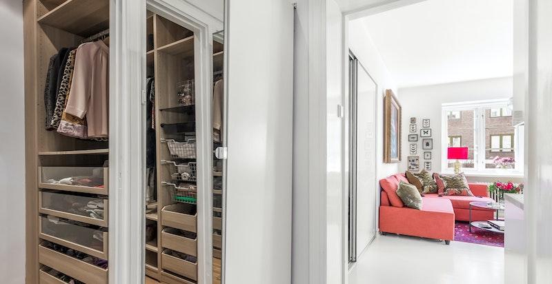 Walk-in-closet tilgjengelig fra gangen