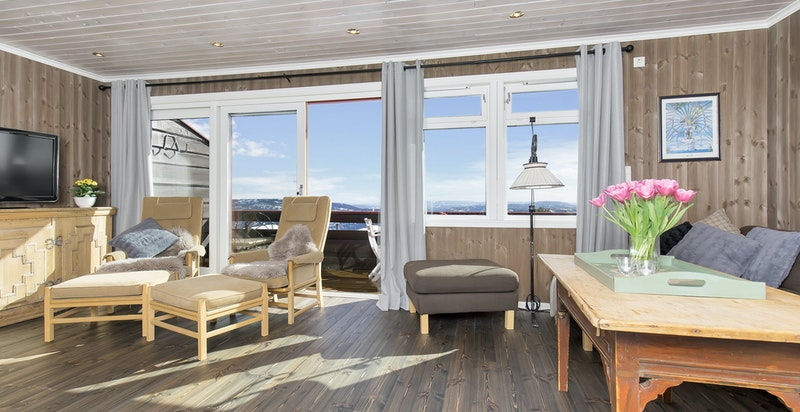 Nyoppusset stue og kjøkken. Utgang til balkong fra stua.