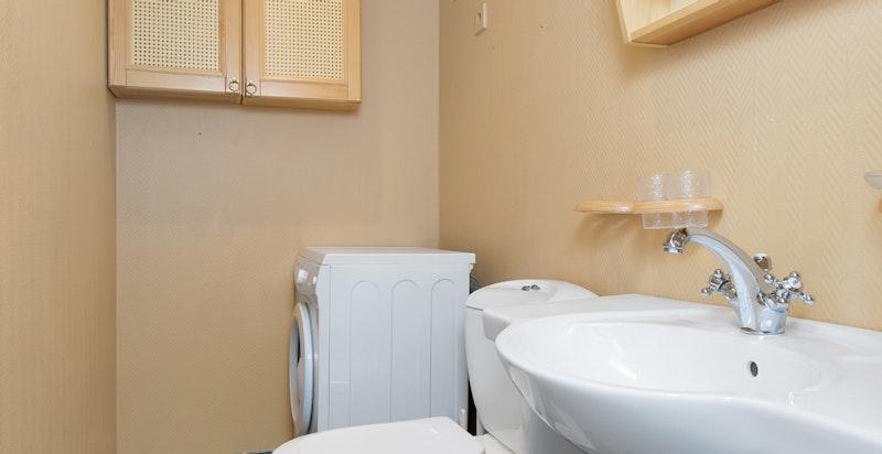 Separat wc med opplegg for vaskemaskin