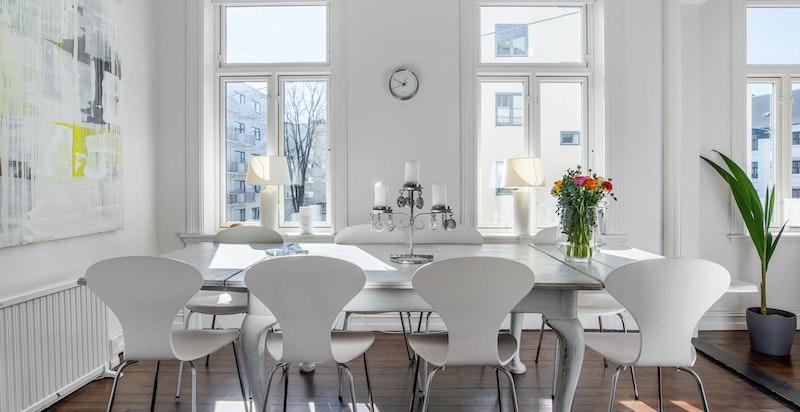 I liket med stuen er det god takhøyde og store vindusflater som slipper inn rikelig med lys og skaper en lys og trivelig atmosfære