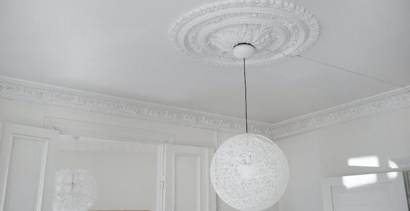 Flotte klassiske detaljer som rosetter og stukkatur i leiligheten