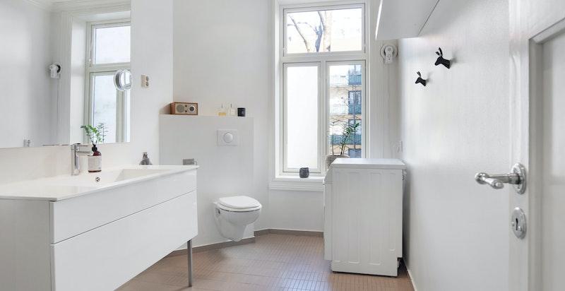 Pent bad med medfølgende vaskemaskin