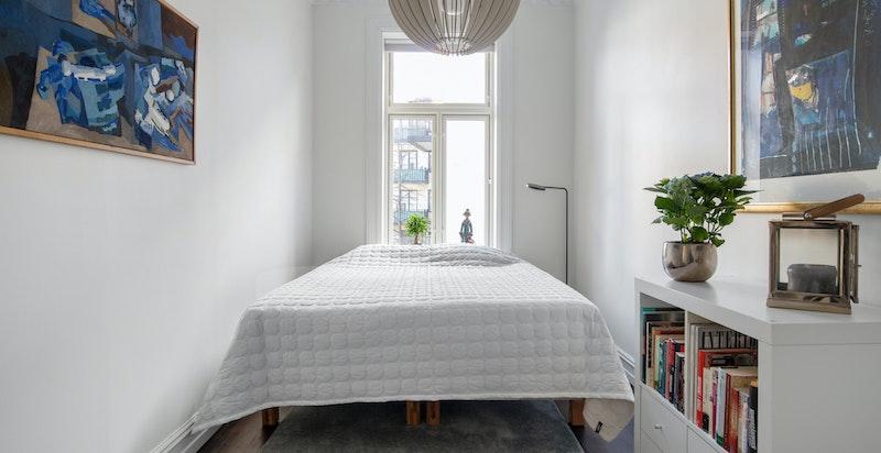 Dette er ett av to soverom som vender mot rolig bakgård
