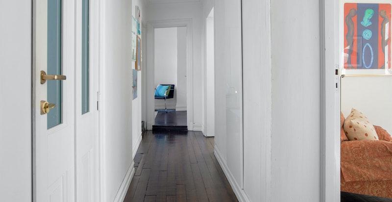 Entré/hall med walk-in garderobeløsing i enden