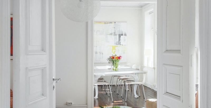 Flotte detaljer med klassiske tofløyede dører og rosetter - det kan åpnes gjennom fra TV-stuen/soverommet og helt inn til spisestuen som skaper en luftig og lys stemning