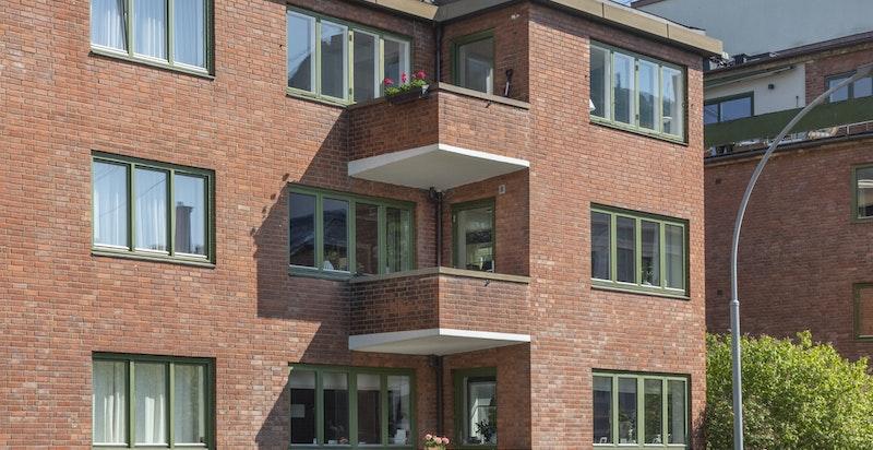 Detalj fasaden mot balkongen som ligger skjermet og fint til