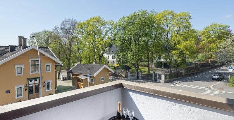 Balkongen har meget hyggelig utsikt/utsyn mot bl.a. bevaringsverdig eiendom og ambassadebolig med mye grønt