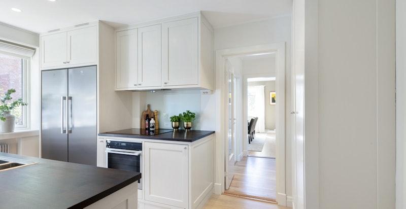 Kjøkken detalj - mot anretning og spisestue
