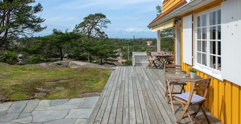 Terrasse med utsikt mot Vadbukta