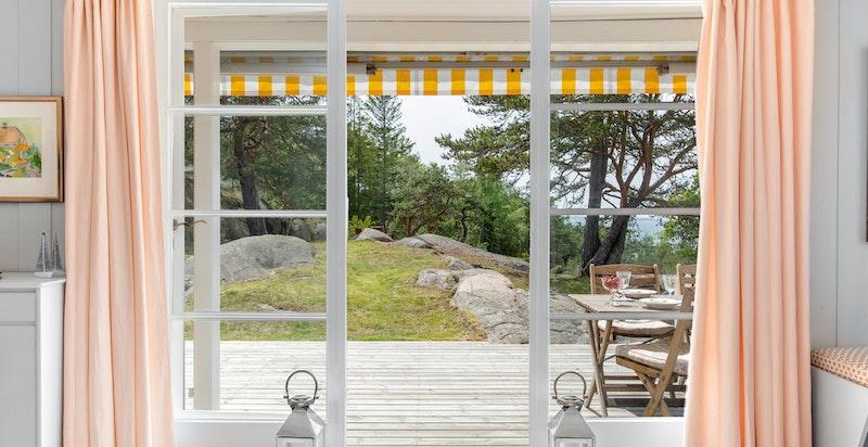 Store vindusflater og 3-fløyet terrassedør fra stuen og ut til terrassen