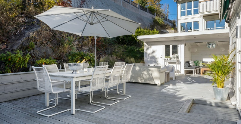 Stor flott vestvendt terrasse med plass til hele familien