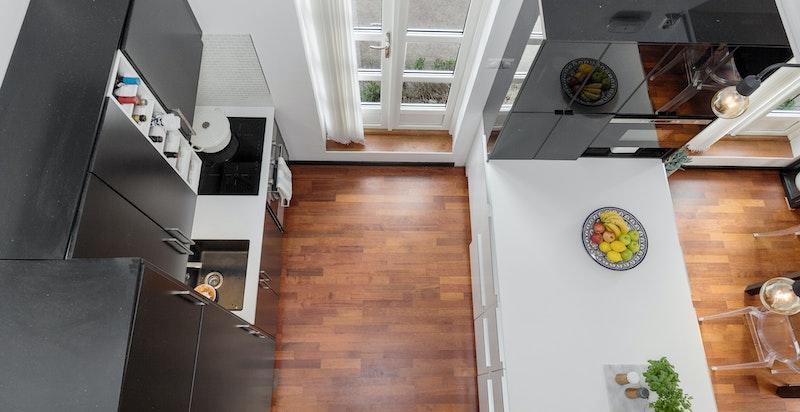 Utsyn fra gangbroen i 2. etasje mot både kjøkken
