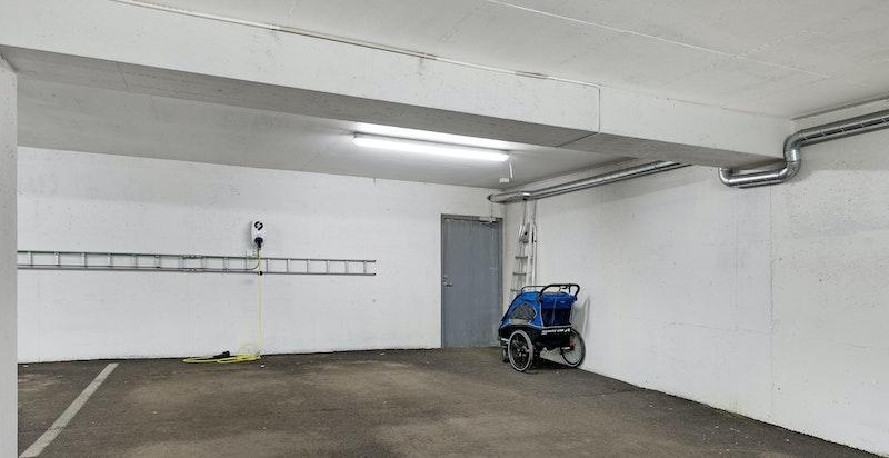 Medfølgende bred garasjeplass med ladestasjon for el-/hybridbil