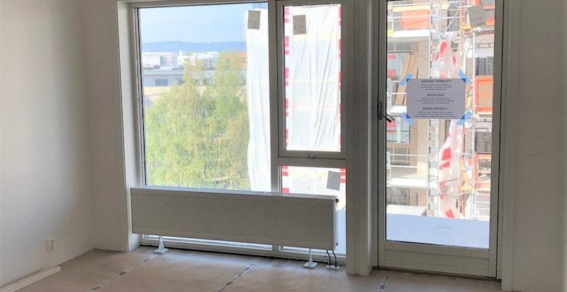Bilde tatt av stuen mot utgang til balkong.