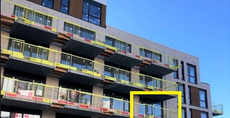 Bilde tatt fra gårdsrom mot leiligheten/balkong. Leilighet markert.