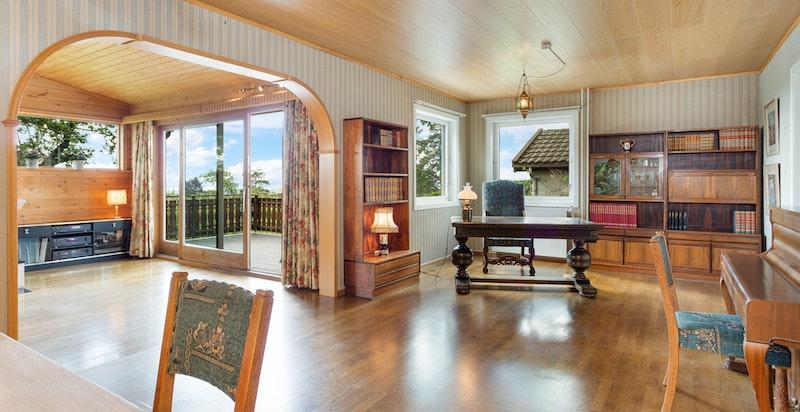 Stue og peisstue med store vindusflater