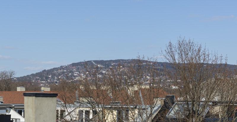 Utsikt fra balkongen mot Holmenkollen