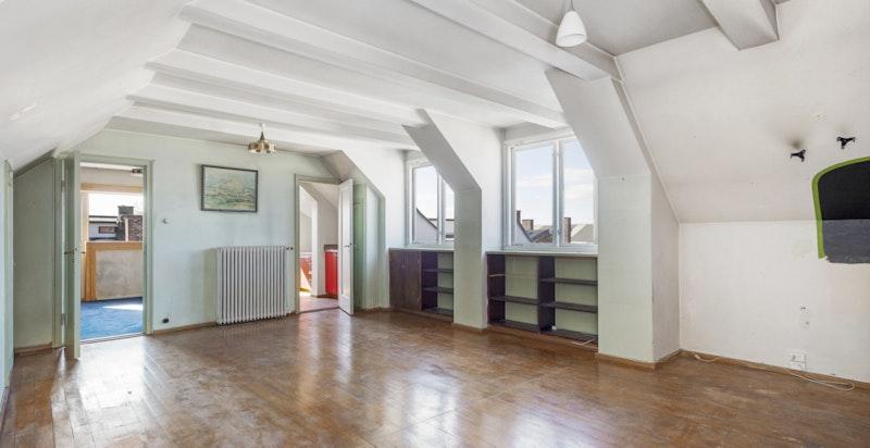 Lys og åpen stue med store vindusflater