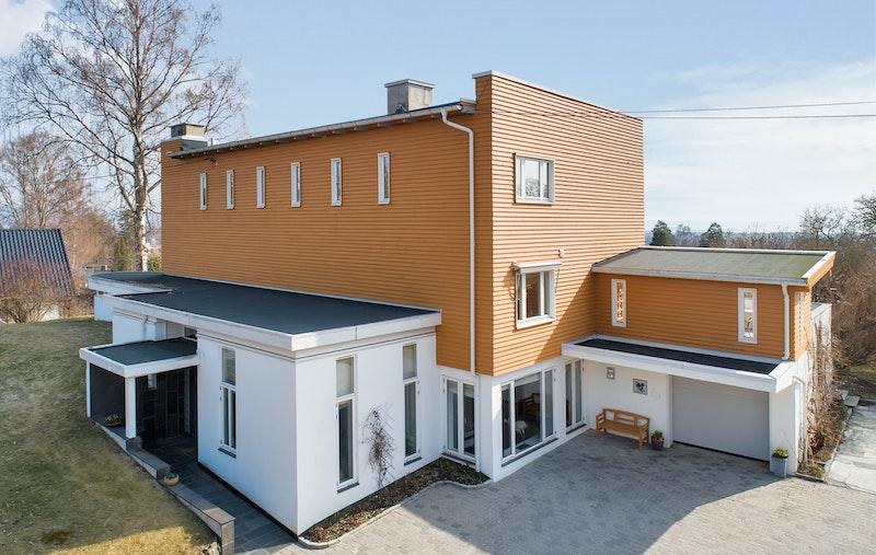 Stor representativ bolig med integrert garasje